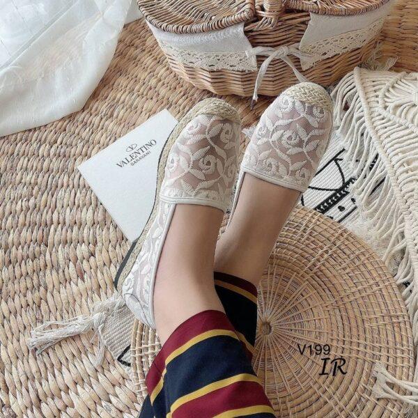 รองเท้าลายลูกไม้